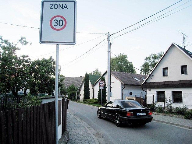 Značku, ktreá omezuje vjezd nákladních automobilů do jednosměrné ulice Nové město v odrách, řidič spatří zpravidla pozdě, až když už je v ulici.