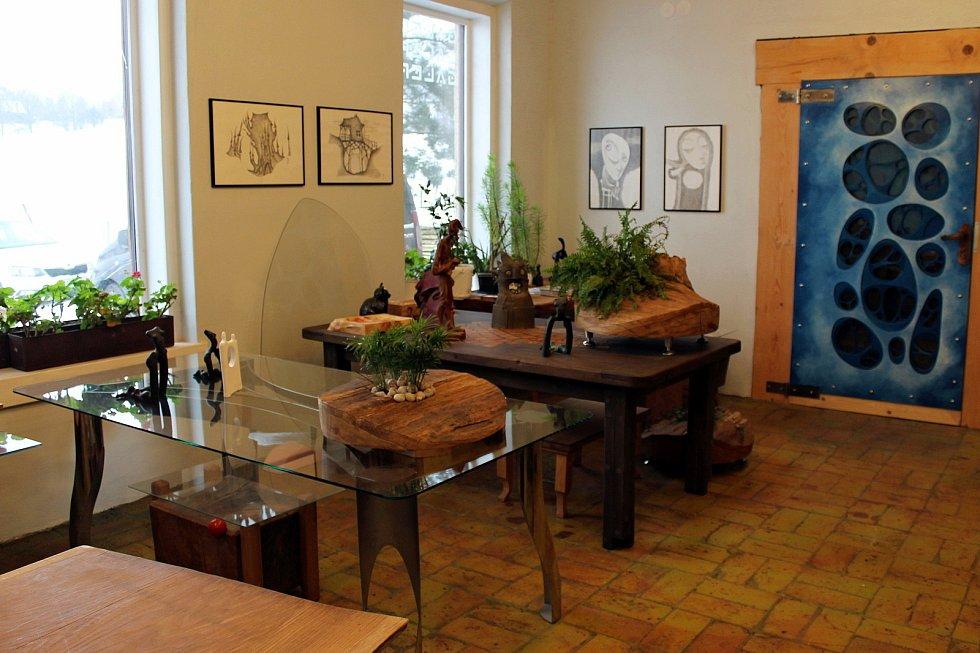 Pavel Cupák má dílnu v bývalé škole. Uvnitř galerie je možno vidět také model zvoničky, která by letos měla být umístěná na Pustevnách v místě poslední poustevny.