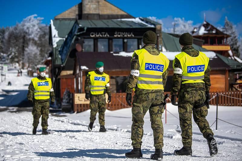 Policie ČR a vojáci začali nařízením vlády ČR kontrolovat, jestli lidé dodržují nová protiepidemická opatření omezující volný pohyb mezi okresy. 6. března 2021 na Pustevnách.
