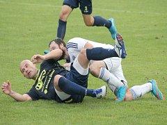 BÍLOVEC (na snímku v tmavém Petr Moučka) nyní čeká důležité domácí derby proti Frenštátu pod Radhoštěm.
