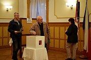 Ve Slatině na Novojičínsku je volební místnost tradičně v obřadní síni místního zámku.