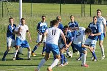 PETŘVALDŠTÍ fotbalisté (v bílém) předvedli nejhorší výkon v sezoně, když v Chuchelné padli 0:1.