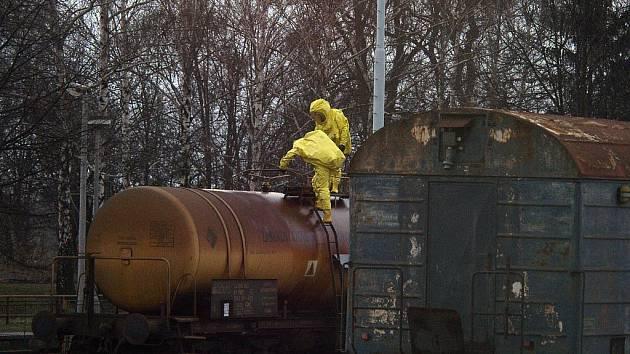Přibližně 50 litrů dusičnanu amonného unikalo z cisterny.