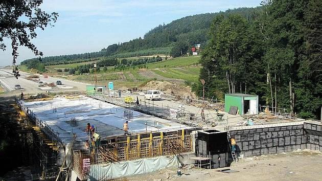 Přestože úsek dálnice D 47 mezi Bělotínem a Hladkými Životicemi na mnoha místech připomíná hlavně staveniště, Ředitelství silnic a dálnic tvrdí, že v listopadu se již v tomto úseku bude jezdit.