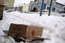 Obyčejná procházka několika školáku z novojičínské základní školy skončila nebezpečným objevem. Blízko polikliniky totiž ležela ve sněhu bedna plná nevybuchlých patron ohňostroje.