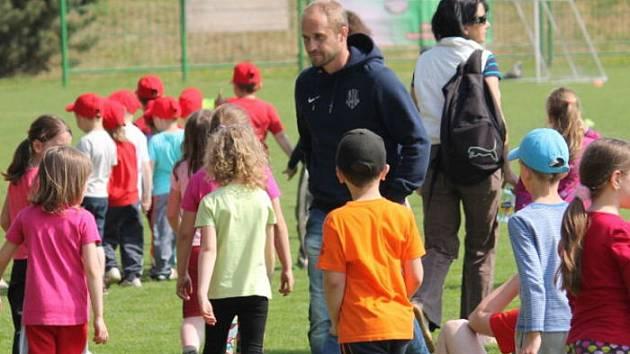 Pořádně živo bylo v úterý dopoledne na fotbalovém hřišti v Bílovci, kde Školní sportovní klub (ŠSK) Bílovec uspořádal sportovní dopoledne v rámci projektu Fotbalové asociace České republiky (FAČR) Měsíc náborů - můj první gól.