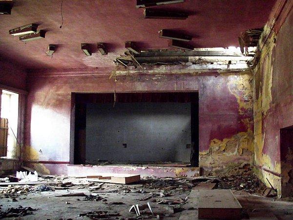 Velký taneční sál spódiem je dnes místem, kde hrozí újma na zdraví.