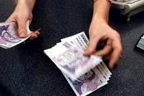 O velkém štěstí může hovořit čtyřiapadesátiletá žena z Novojičínska, která si na počátku tohoto týdne zapomněla v bankomatu na novojičínském náměstí peníze. Patnáct tisíc korun v bankomatu nalezli policisté, kteří je ženě poté předali.