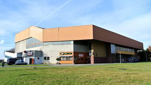 Kvůli havarijnímu stavu stropu zůstane zimní stadion ve Studénce pro letošní sezonu uzavřený.