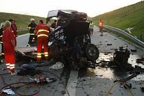 Náraz do pilíře nepřežili v neděli na dálnici dva mladí lidé, kteří jeli v dodávce.