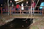 Zhruba tři desítky světýlek pustili po vodě v zámeckém parku malí i velcí účastníci úterní akce.
