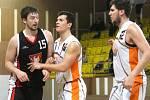 Prvoligoví  basketbalisté Nového Jičína (zleva v bílém Klímek a Leczo) zahájili nadstavbovou část porážkou a už v neděli od 16 hodin doma hostí Písek.