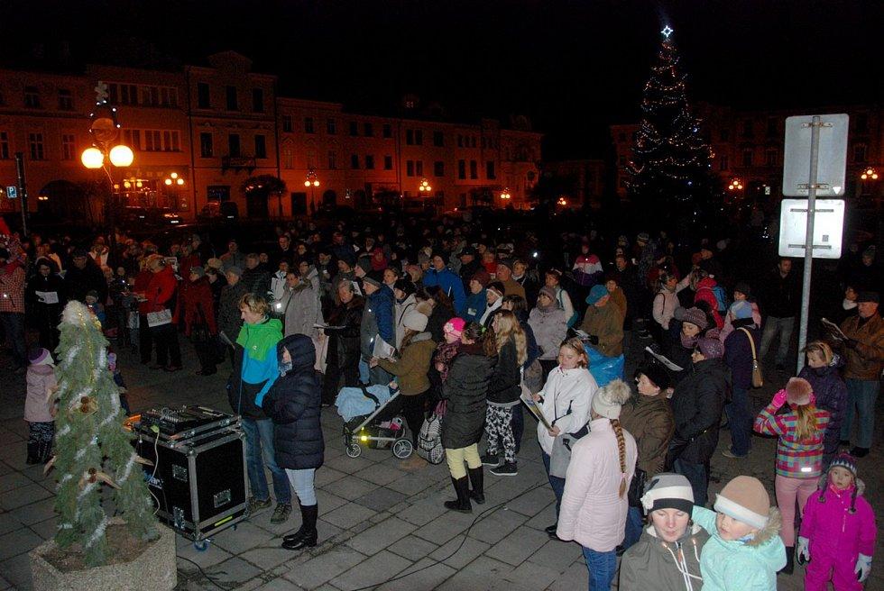 V Příboře se koledy zpívaly na náměstí Sigmunda Freuda.