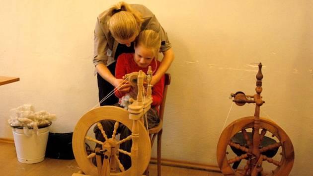 Den se starými technologiemi zažili v sobotu 14. května návštěvníci příborského muzea. Dvě místnosti v piaristickém klášteře obsadili řemeslníci využívající dnes už vzácné metody  zpracování dřeva, kůže, vlny či různých trav.