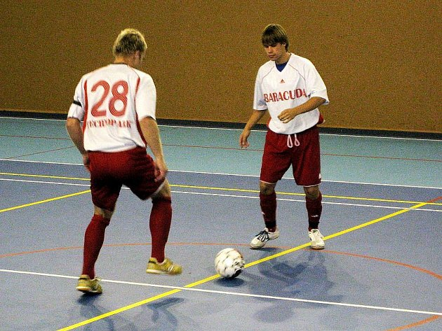 Hráči Tatranu Baracuda Jakubčovice, Aleš Michálek č. 28 a Kamil Molnár, při rozehrávce.