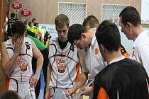 NOVOJIČÍNSKÝ BASKETBALISTA Jan Kelar (s číslem 4) nastupuje také za NH Ostrava v Kooperativa NBL.