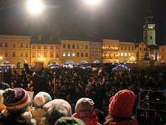Na Masarykově náměstí v Novém Jičíně loni zpívaly koledy asi čtyři stovky lidí. Do akce Česko zpívá koledy se na Novojičínsku zapojilo osm míst, na nichž se sešlo kolem 1 800 zpěváků.