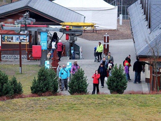 Takto to vypadalo v sobotu 4. ledna v HEIparku v Tošovicích u Oder. Sjezdovky téměř bez sněhu zely prázdnotou, ale lidé přišli aspoň na bobovou dráhu či na procházku.