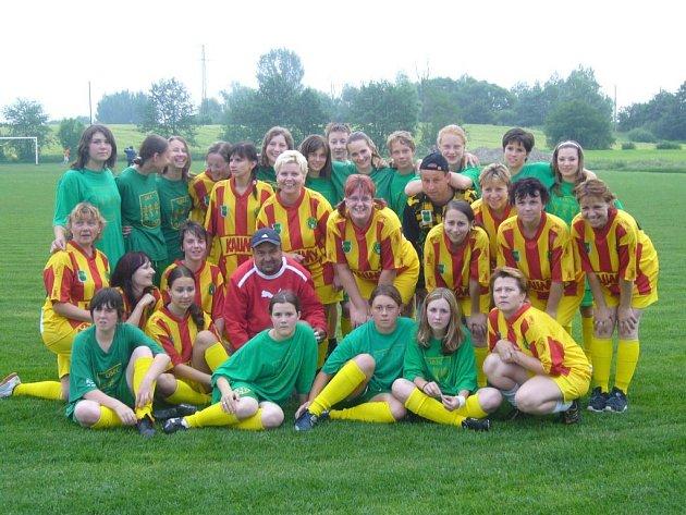 Fotbalové maminky oslavily Den dětí netradičně. Na fotbalovém hřišti v Pustějově hrály fotbal proti dětem.