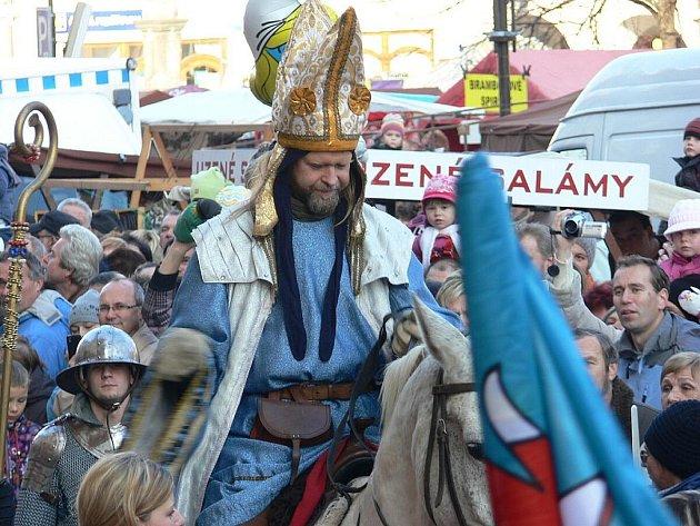 Svatý Martin na bílém koni přijel, jako každý rok, v sobotu 12. listopadu do Frenštátu pod Radhoštěm, kde s tamní starostkou Zdeňkou Leščišinovou zahájil tradiční Martinský trh.