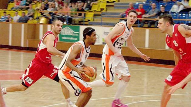 Basketbalisté Nového Jičína (světlé dresy) v posledním zápase nadstavby podlehli doma Nymburku až v samotném závěru.