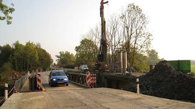V současné době silničáři opravují také most v Kuníně.