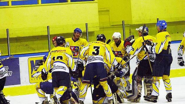 Není konec. Přestože Studénka vyhrála krajskou hokejovou ligu ve finálové sérii s Karvinou, o vítězi nakonec rozhodne STK.