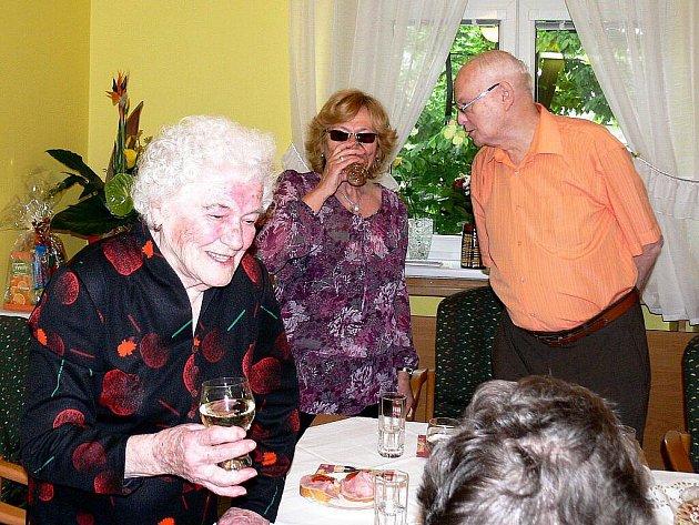 Sto let oslavila ve čtvrtek 13. května Božena Blahutová, obyvatelka domova Paprsek v Novém Jičíně.