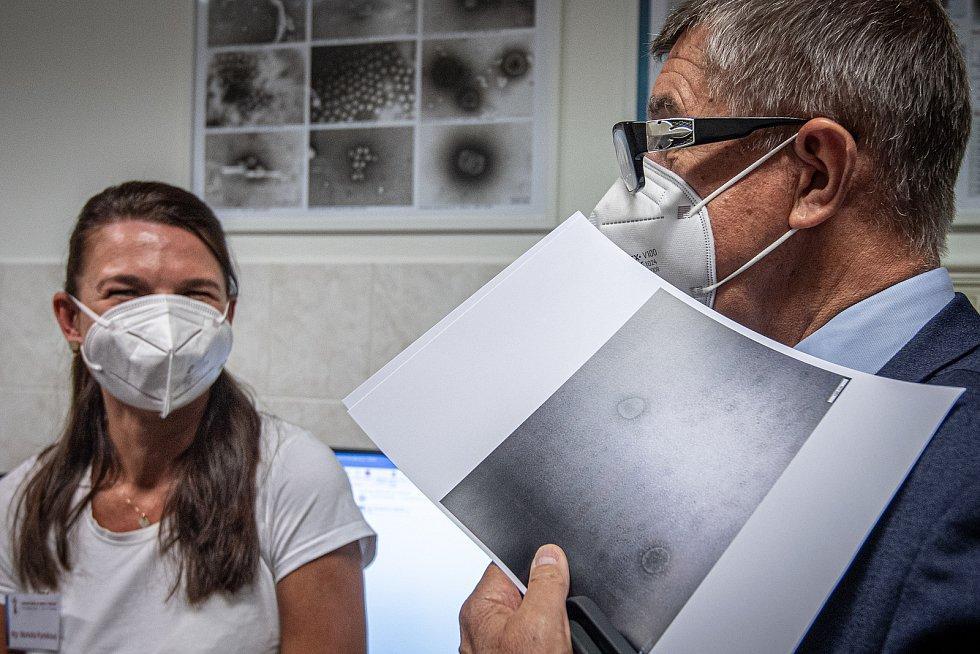 Premiér Andrej Babiš si prohlíží fotografie koronaviru (SARS-Cov-2) ve Zdravotní ústavu v Ostravě, 15. července 2021.