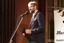 Vladimír Vondráček právě uvádí závěrečný koncert festivalu.