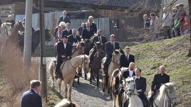 Velikonoční neděle 27. března opět patřila Jízdě okolo osení. Do Lukavce, místní části Fulneku, se ve sváteční odpoledne sjely davy návštěvníků.