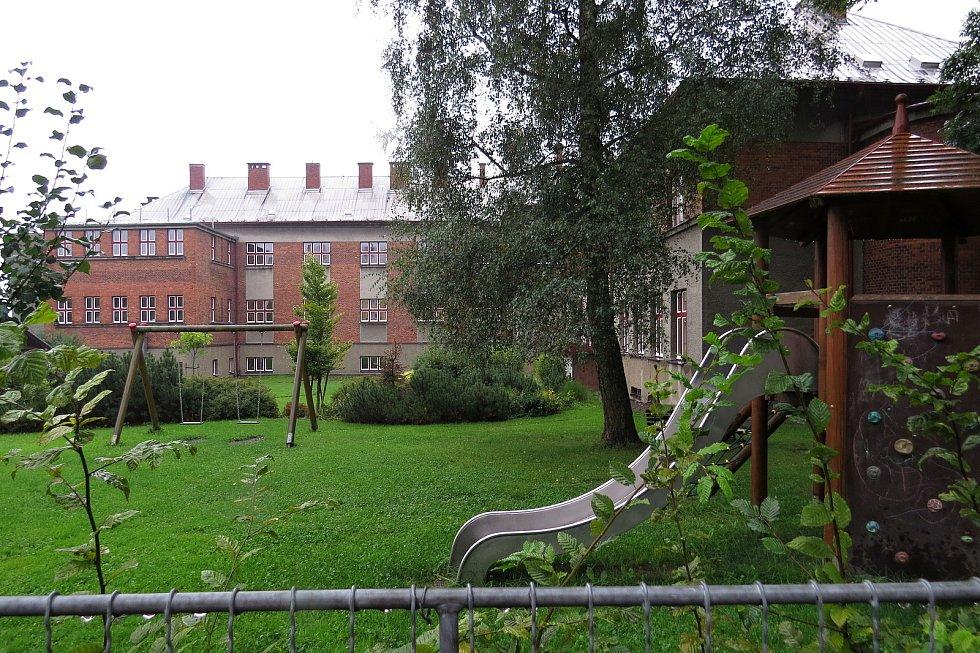 Základní škola v Jistebníku měla loni devadesát let.