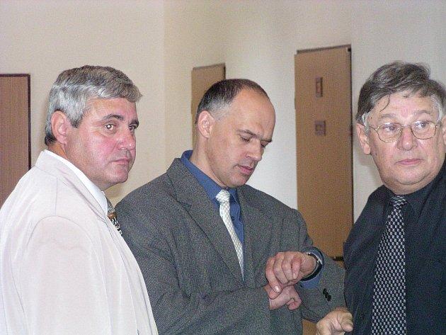 U soudu skončil policista (uprostřed), který zbil zadrženého cyklistu.
