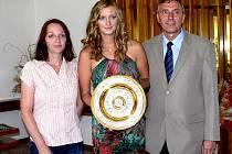 JEDNA Z NEJLEPŠÍCH tenistek současnosti, fulnecká rodačka Petra Kvitová, na společné fotografii se svými rodiči.