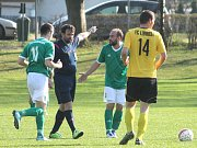 Veřovičtí fotbalisté (v zeleném) vstoupili do druhé poloviny sezony dvěma výhrami při skóre 7:0 a už v sobotu hostí ve šlágru kola vedoucí Fulnek.