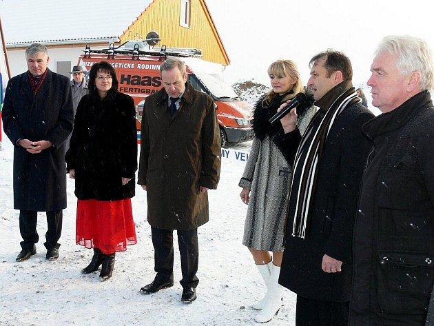 Náročný půlrok mají za sebou kvůli červnové povodni starostové Pavel Hasalík (vpravo), Tomáš Machýček (s mikrofonem), a Dagmar Novosadová (druhá zleva).