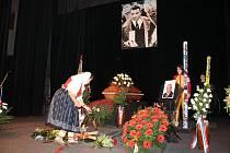 Na dvě stě padesát hostů a stovky obyvatel Frenštátu pod Radhoštěm se v pátek 27. únory přišli rozloučit se skokanskou legendou Jiřím Raškou.