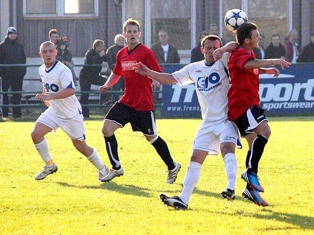 Fotbalisté SK Beskyd Frenštát p. R. (ve světlém) se domácího utkání proti Pusté Polomi nedočkali. Na šanci získat první vítězství v nové sezoně si tak budou muset počkat do dalšího kola.