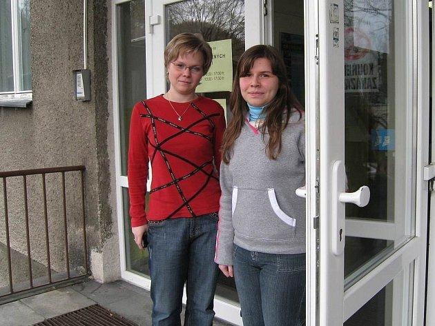 Denisa Petrová (vlevo) a Aneta Chochrunová našly dvanáct tisíc, které vzápětí odvezdaly.