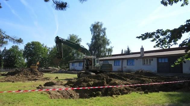 Každým dnem by měly zmizet pozůstatky bývalého muzea automobilů Tatra v Kopřivnici. Brownfield, který po budově zůstal v parku E. Beneše, v budoucnu nahradí zóna pro volnočasové aktivity.