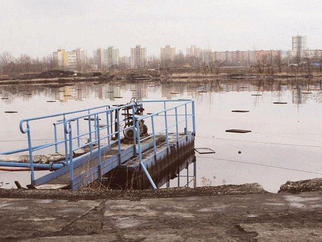 Velkou ekologickou zátěž s sebou nese Ostravsko v podobě lagun. S pozůstatky minulých let se nyní pere i Kopřivnice.