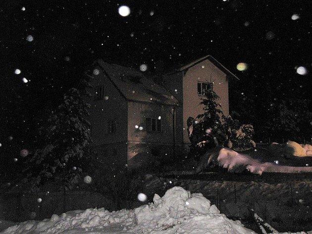 Požár střechy a mezipatra v rodinném domě způsobil škodu okolo dvou set tisíc korun.
