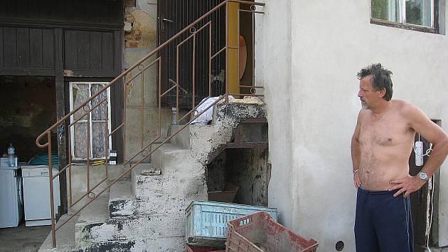 Rodina Schrollů ze Šenova u Nového Jičína začala také sčítat škody. Kromě jejich dvou psů a domu, si voda odnesla téměř vše.