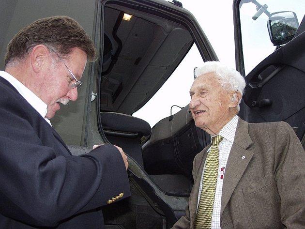 Se zájmem si prohlédl Tomáš Baťa (vpravo) výrobu kopřivnické Tatry. Nakonec si i vlezl do kabiny jedné z tater, aby vyzkoušel její jízdní vlastnosti.