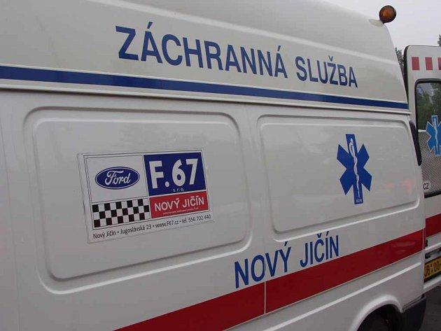 Muže, který dostal ránu kovadlinou do hlavy, musela odvézt záchranka.
