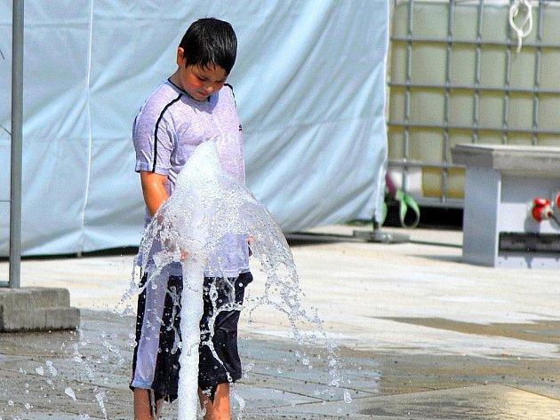 Nové vodotrysky na Masarykově náměstí v Novém Jičíně s velkým nadšením uvítaly děti.