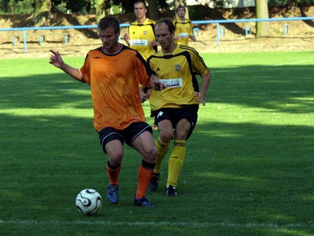 Ondřej Malohlava (vlevo) dal jediný gól Fulneku v prvním kole druhé ligy.