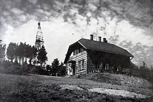 Snímek zachycující chatu na Vekém Javorníku zhruba dva roky po dostavbě.