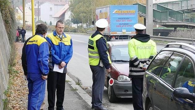 Kontrola pneumatik byla hlavní náplní Policie ČR při dopravněpreventivní akci Až se zima zeptá.