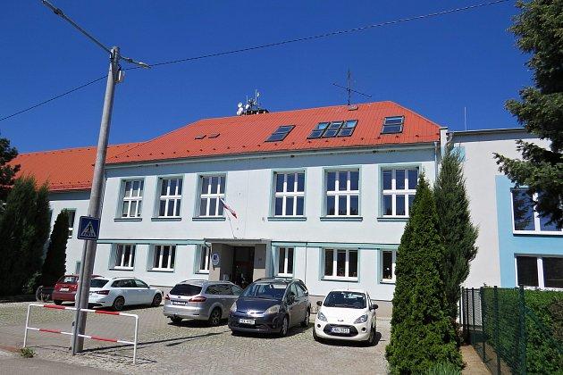 Základní škola vŠenově uNového Jíčína je devítitřídní. Součástí příspěvkové organizace je také mateřská škola.